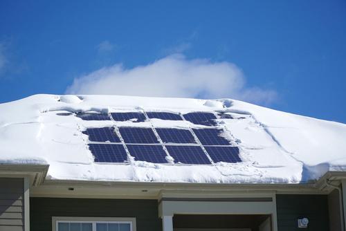 Czy muszę odśnieżać panele PV w zimie?